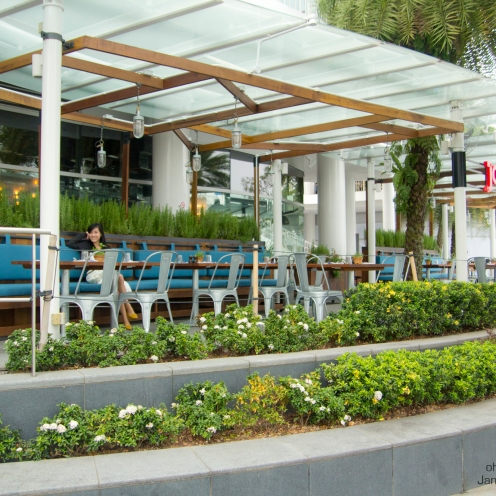 Opt for alfresco dining if you'd wanna some fresh air and a view of the harbour and sentosa.